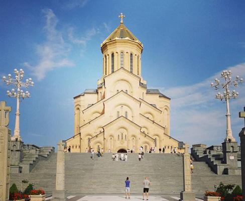 holy trinity katedrali tiflis gürcistan bahar tatili gezisi pasaportsuz gidilen ülkeler