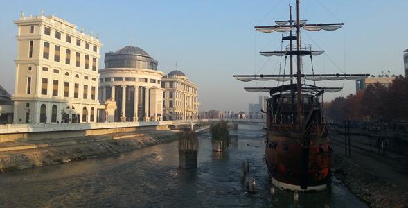 Üsküp gezilecek yerler Vardar Nehri gezisi